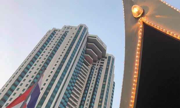 Das Peninsula in Bangkok, von der hoteleigenen Barke aus gesehen, die auch für Ausflüge zur Verfügung steht.