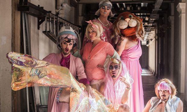 HOTEL BUTTERFLY. Die Künstlergruppe ist als Hotelbetrieb aufgestellt und nistet sich in wechselnden  Locations ein. Die Kostüme sind essenzieller Bestandteil der eigenen Inszenierung.