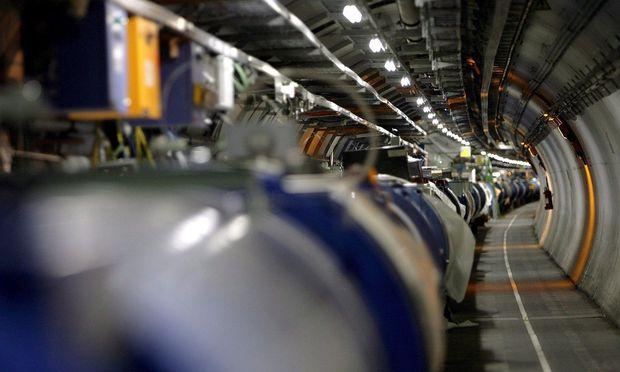 Ein Blick in den Tunnel des Teilchenbeschleunigers des Projektes CERN nahe Genf