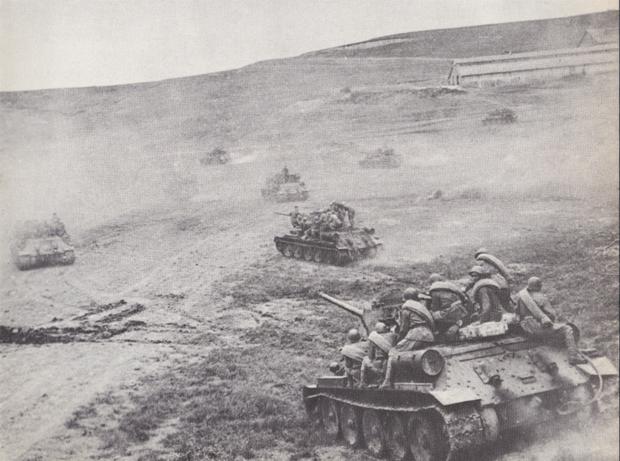 Sowjetische T-34 und Infanterie greifen bei Kertsch anauf der krim