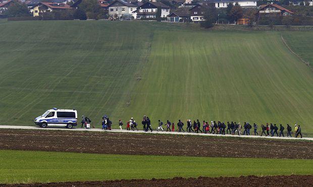 """Szene aus dem """"Völkerwanderungsjahr"""" 2015 nahe der deutsch-österreichischen Grenze bei Passau"""
