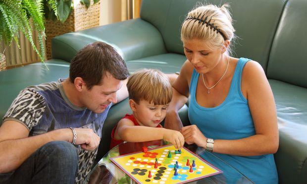 Familie mit Brettspiel