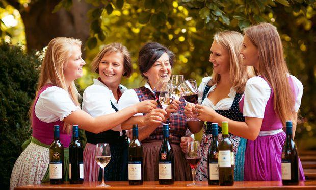 Drei Generationen Mödlinger Weingeschichte versammelt (v. l.): Katharina Seper, Weingutchefin Birgit Pferschy-Seper, Margarete Pferschy, Anna Seper und Magdalena Seper.
