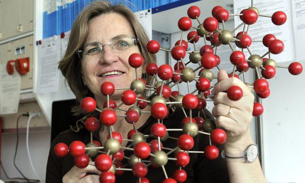Wittgenstein-Preisträgerin: Ulrike Diebold mit dem Atommodell einer Oberfläche.