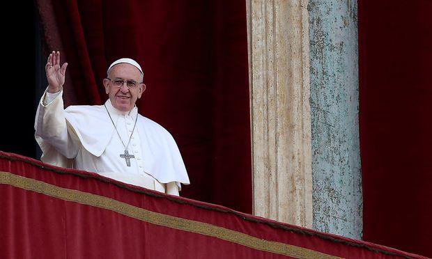 Der Papst spendet den Segen von der Loggia des Petersdoms