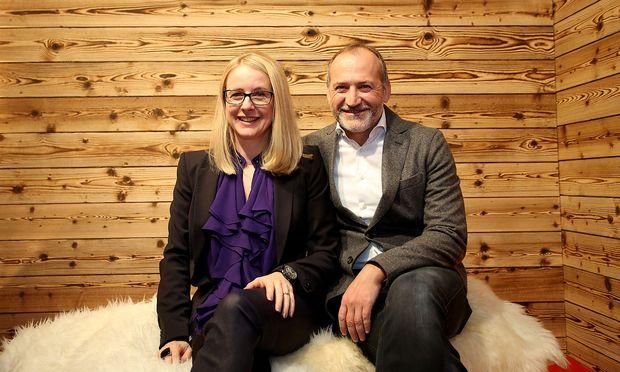 Margarete Schramböck und Alejandro Plater: Lächeln für's Foto. / Bild: GEPA pictures
