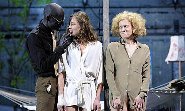 Joachim Meyerhoff als Othello, Katharina Lorenz als Desdemona und Caroline Peters als Emilia