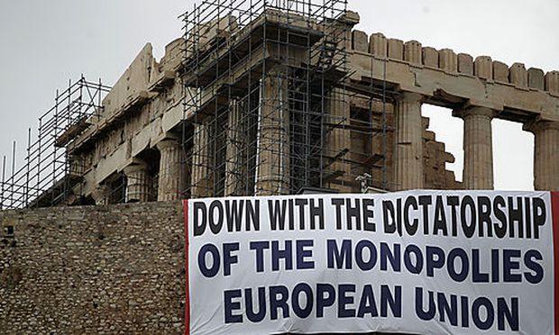 Vor der Akropolis hängen Banner der Kommunistischen Partei,