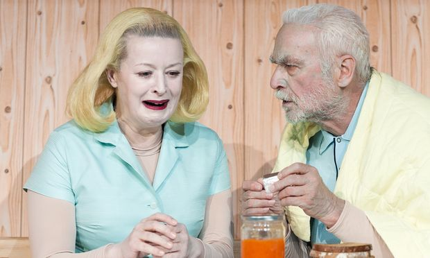 """Ein hinreißend grässliches Paar: Petra Morzé und Bernd Birkhahn in """"Kartonage""""."""