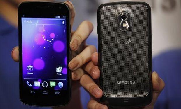 Models pose with Galaxy Nexus smartphones in Hong Kong
