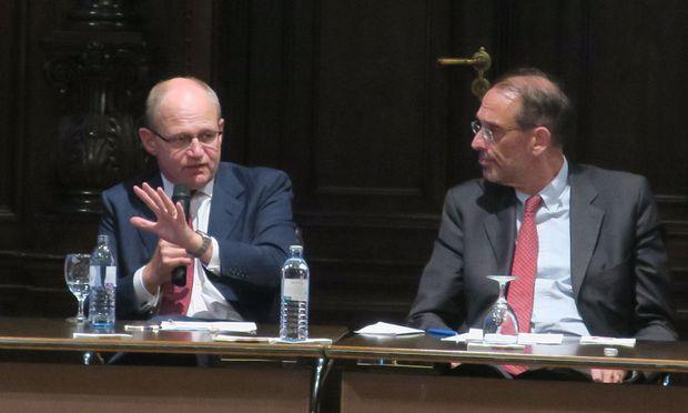 Vizerektor Heinz Faßmann (r.) und der Experte David Bogle erläutern bei der Kick-off-Veranstaltung an der Universität Wien das Konzept der Doctoral Schools.