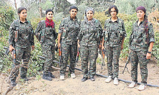Die Frauen, die gegen IS kämpfen. Die 20-jährige Zilan (dritte von links) und ihre Kameradinnen im Dorf Harek.