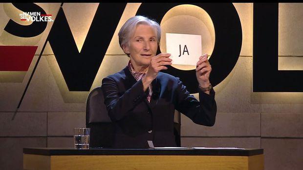 Irmgard Griss verkündet das Stimmergebnis zum Kopftuchverbot.