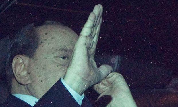 Berlusconi kuendigt seinen Ruecktritt