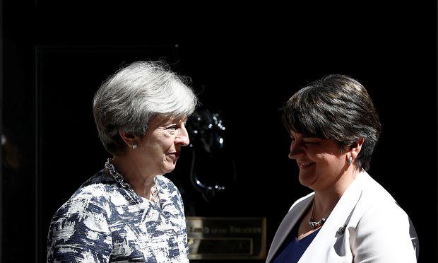 Theresa May und DUP-Chefin Arlene Foster. / Bild: REUTERS