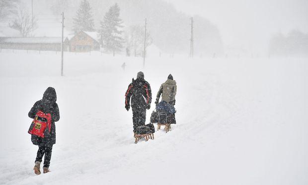 Urlauber packen ihr Gepäck am Montag auf Schlitten, um es per Fußweg nach Rauris zu bringen.