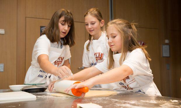 Schülerinnen setzen ihr Fachwissen zum Thema Bio beim zuckerfreien Keksebacken in die Praxis um.