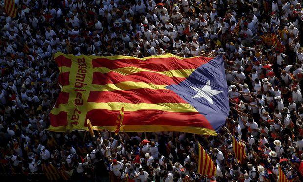 Katalonische Riesenflagge bei einer Großdemo in Barcelona / Bild: REUTERS