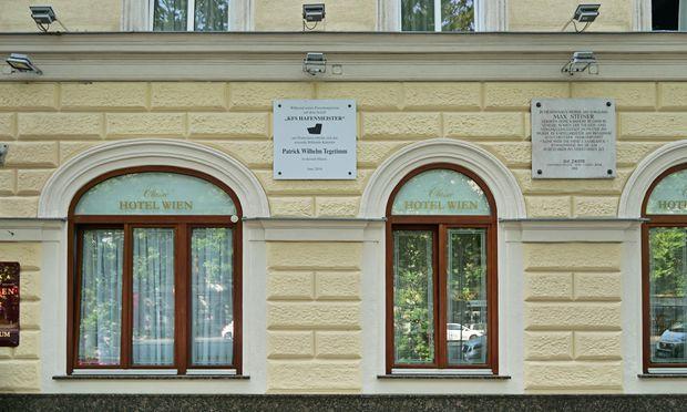 """""""Historisch""""? Patrick-Wilhelm-Tegetimm-Tafel, Praterstraße."""