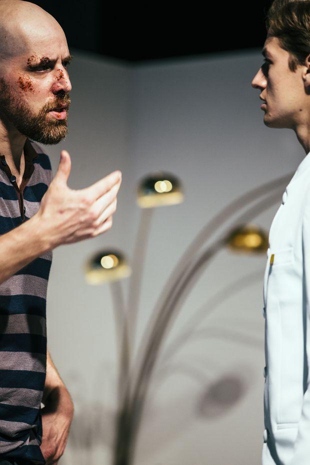 Das Theater holt sich Blessuren beim Versuch das System zu stürzen: Schindl (Sebstian Schindegger, l.) und der große Wohltäter Mario Herz (Anton Widauer)