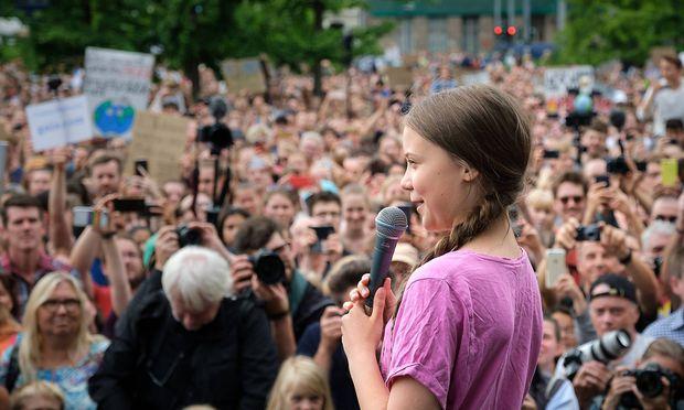 """Die """"Fridays for Future""""-Proteste gehen auch im Sommer weiter. Im Bild die schwedische Schülerin Greta Thunberg, die zentrale Figur der Bewegung, bei einer Demo in Berlin. Die Anhängerschaft geht mittlerweile, etwa mit den """"Scientists for Future"""", längst über die Jugend hinaus."""