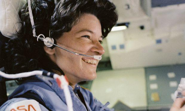 Die erste Amerikanerin und dritte Frau im Weltraum war die Astrophysikerin Sally Ride. Sie erinnert sich nur
