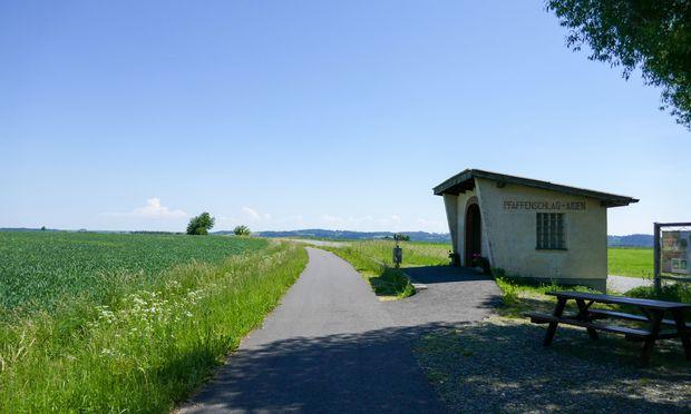 Das ist vom Bahnhof Pfaffenschlag-Aigen geblieben: der Bahnsteig mit Wartehaus.