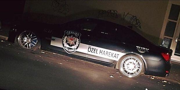 Bild eines der Autos mit dem Logo der türkischen Spezialtruppe in Berlin
