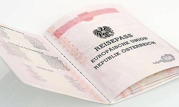 �sterreichischer Reisepass Austrian passport BLWX027332 Copyright xblickwinkel McPhotox FotoxBegs / Bild: (c) imago/blickwinkel (imago stock&people)