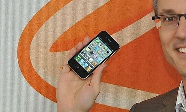 Jan Trionow mit iPhone 4 und iPad