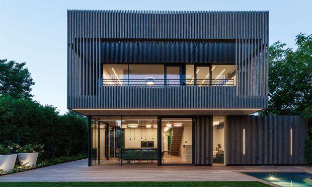 Nachhaltigkeit kommt im Luxussegment häufig durch den großzügigen Einsatz von Holz zum Ausdruck. Im Bild: Haus D von Caramel Architekten.