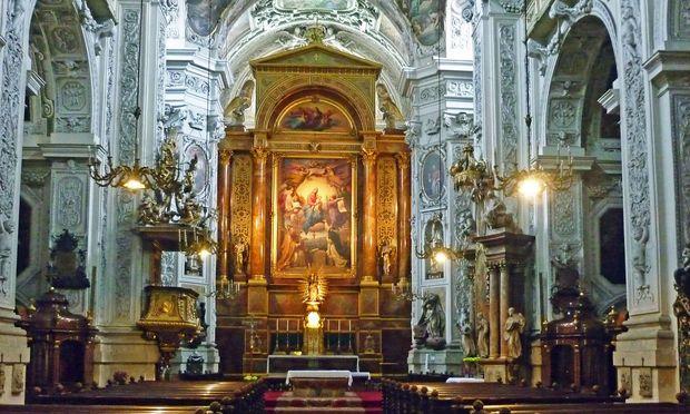Beichtstühle von Touristen in der Dominikanerkirche mit Weihwasser gelöscht