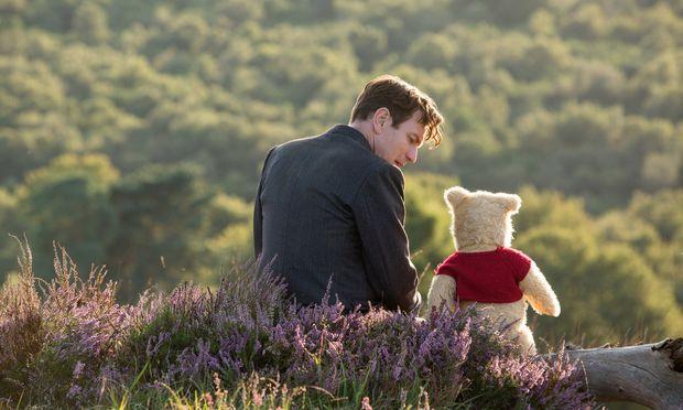 """Ewan McGregor spielt im neuen Disney-Film """"Christopher Robin"""" den ehemaligen Spielgefährten von Winnie Puuh (Pu der Bär), der mittlerweile erwachsen ist – und weder für Familie noch Vergnügen Zeit hat. / Bild: (c) Disney Enterprises"""