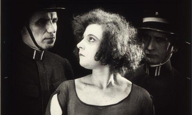 """Der Stummfilm """"Frau Dorothys Bekenntnis"""" (vom späteren """"Casablanca""""-Regisseur Michael Kertész) ist der älteste Beitrag der über zwanzig Arbeiten umfassenden Schau. Eine Frau wird des Mordes bezichtigt. Rückblenden klären auf, wie es dazu kam."""