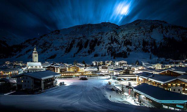 Nachtaufnahme von Lech am Arlberg mit Blick auf den Rüffikopf