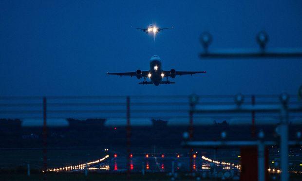 Mehr. Weltweit Steigerung im Flugverkehr, auch nächtens.