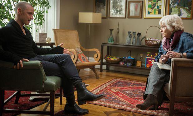 Der persönlichkeitsgespaltene Kidnapper (James McAvoy) sucht bei seiner Therapeutin Karen (Betty Buckley) Hilfe.