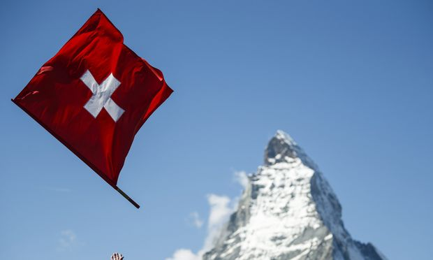 Wer noch schnell Geld aus der Schweiz abgezogen hat, muss jetzt viel erklären.