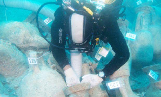 Von den 1000 Amphoren haben Forscher bisher 18 gehoben und untersucht. Insgesamt sollen mindestens 30 der Keramikgefäße geborgen werden.