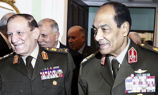 Archivbild: Hussein Tantawi, Chef des Militärrats und Militärchef Sami Anant, hier mit Palästinenserpräsident Abbas im Dezember