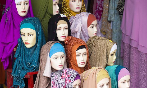 Indonesia Belitung headscarfs in a clothing shop PUBLICATIONxINxGERxSUIxAUTxHUNxONLY WE000379