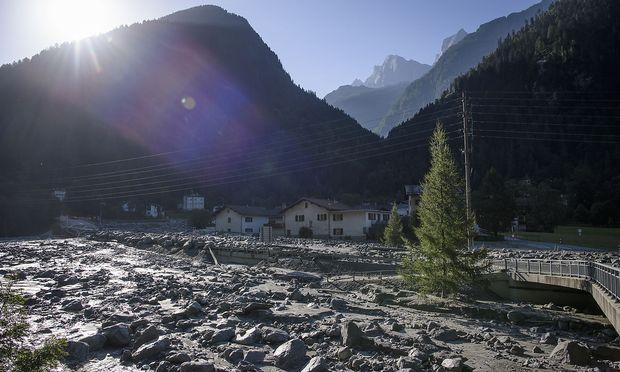 Ausläufer der Gerölllawine vom Piz Cengalo beim Dorf Bondo (Graubünden)