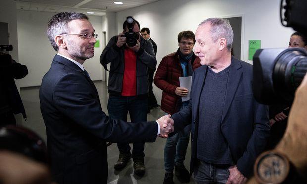 Kickl (links) und Pilz begrüßten sich mit Handschlag
