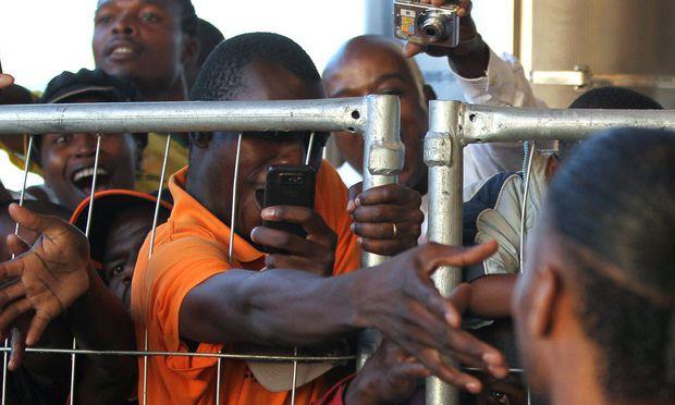 Gedränge um Didier Drogba