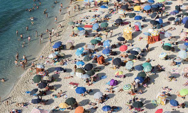Viele Menschen mit bunten Sonnenschirmen am Strand Lido Isola Bella Tropea Kalabrien Italien Eur