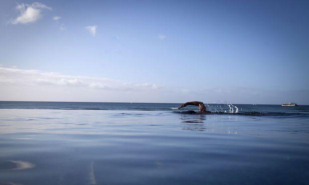 Optische Täuschung. Beim Infinity Pool verschmilzt der  Horizont  mit dem Wasser.