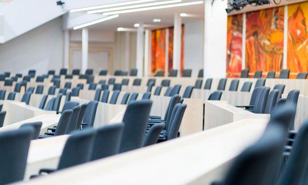 Der zum Plenarsaal umgebaute große Redoutensaal in der Hofburg.