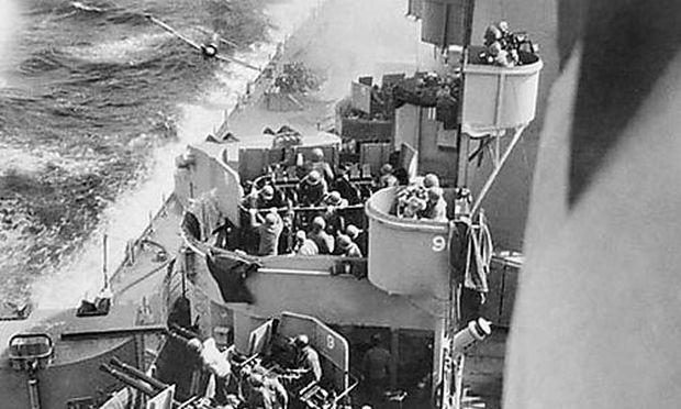 Japanische Mitsubishi Zero eines Kamikazepiloten kurz vor dem Einschlag auf das US-Schlachtschiff USS Missouri, 11. April 1945 vor Okinawa