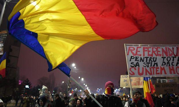 Die Empörung ist groß: Tausende demonstrierten am Sonntagabend in Bukarest gegen die Pläne der Regierung.