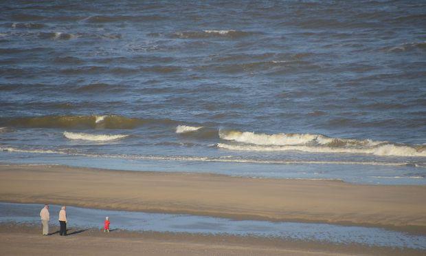 Auch ein Moment des Glücks, nicht zuletzt für den Betrachter: Das erste Mal am Meer, diesfalls in Holland, und es muss ja nicht immer im Sommer und an der Adria sein.